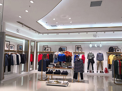 The Importance of Display Table in Clothing Display Racks to Clothing Stores